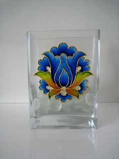 These vodka box handicrafts offer a large number of tips to reuse and re-invent this daily product. Glass Painting Patterns, Glass Painting Designs, Stained Glass Patterns, Glass Bottle Crafts, Wine Bottle Art, Stained Glass Paint, Stained Glass Projects, Painted Vases, Painted Wine Glasses