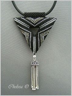 Love this contemporary look peyote triangle. No tutorial, only photos. Site is in German.