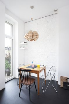 exposed-brick-wall-and-interesting-pendant-lighting.jpg (900×1350)