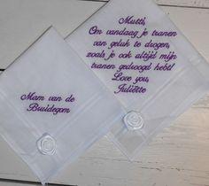 zakdoekjes wit met roosje wit paarse tekst geborduurd http://www.bruiloftzakdoekje.nl