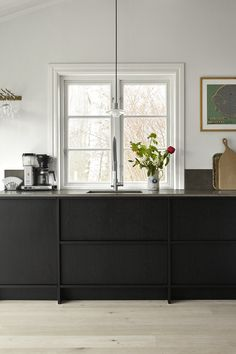 Nordiska Kök for Johanna Bradford A frame kitchen in black oak on the lower section, warm gray section with built-in fridge and freezer and limestone worktop. #kitcheninspo #kitchendesign #blackkitchen #inspiration #johannabradford #framekitchen #limestone #minimalistickitchen #minimalism #kalksten #köksinspiration #köksdesign #svartkök #bänkskiva