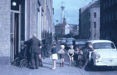 Leierkastenmann und Publikum ca. 1970 in Berlin