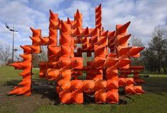 """Traffic Cone Sculpture: Naranja Interactivo.  Instalación interactiva que invita al público a experimentar el espacio urbano de una manera nueva, """"es la construcción de 500 conos de tráfico de plástico en una pieza de arte permanente en la cuidad de portugal"""""""