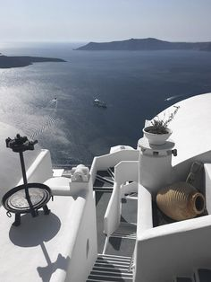 Only Deco Love: Santorini Retreat Places To Travel, Travel Destinations, Places To Go, Outdoor Rooms, Indoor Outdoor, Backyard, Patio, Going On Holiday, Santorini