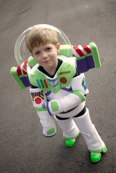 Homemade Buzz Lightyear - OCCASIONS AND HOLIDAYS - To Halloween and beyond! This year my three year old wanted to be Buzz Lightyear. I made his entire costume from scratch, without a pattern. Buzz Lightyear Costume Toddler, Buzz Lightyear Kostüm, Disfraz Buzz Lightyear, Buzz Costume, Buzz Lightyear Halloween Costume, Toy Story 3, Toy Story Crafts, Toy Story Buzz, Toy Story Party