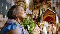 Witch doctor praying.  Benzedeira rezando.