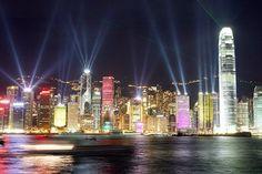 lo skyline di Hong Kong illuminato con migliaia di luci led