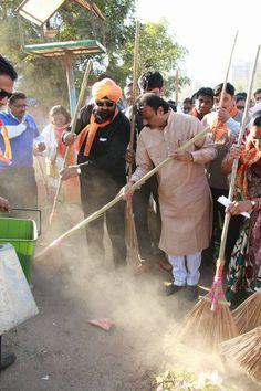 અમદાવાદને સ્વચ્છ બનાવવા દરેક નાગરિક દ્વારા નિષ્ઠાપૂર્વક પ્રયત્ન કરવામાં આવે તથા સ્વચ્છતાને ગંભીરતા થી લેવામાં આવે તે માટે અમદાવાદના પ્રથમ નાગરિક મેયરશ્રી ગૌતમ શાહ દ્વારા ચાંદખેડા વોર્ડમાં સ્વચ્છતા રાઉન્ડ. #CleanAhmedabad #GreenAhmedabad #CleanIndia #SwachhBharat #SwachhAhmedabad Swachh Bharat Mission - Urban AMC-Ahmedabad Municipal Corporation Ahmedabad, India Gautam Shah