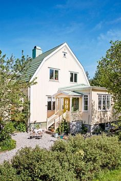 Keltainen talo rannalla: Väriä, rustiikkia ja taidetta