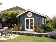 gartenhaus ideen mit verglaster Tür, mit weiß gestrichenem Rahmen