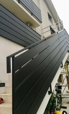 Parapetti in ferro in stile moderno su scala e poggioli con lamiera sagomata colore nero grafite