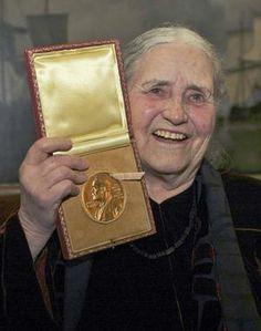 El cuaderno dorado, publicado en 1962 fue la obra que consagró a Doris Lessing no sólo como escritora, sino también como feminista y escritora reivindicativa de los derechos de los más desfavorecidos. Nacida el 22 de octubre de 1919 en Irán, donde sus padres, de origen inglés, habían viajado por razones de trabajo, pasó buena parte de su infancia y adolescencia en la antigua Rodhesia del Sur, conocida actualmente como Zimbague.