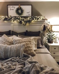 50 Trendy Cozy Christmas Bedroom Decorating Ideas These trendy HomeDecor ideas would gain you amazing compliments. Check out our gallery for more ideas these are trendy this year. Farmhouse Christmas Decor, Cozy Christmas, Christmas Holidays, Christmas Crafts, Country Christmas, Outdoor Christmas, Christmas Cookies, Christmas Wreaths, Winter Bedroom Decor