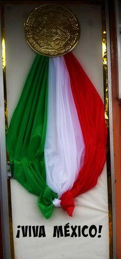 Puerta decorada tricolor. Fiestas patrias. Independencia de México. Puerta decorada del mes de septiembre
