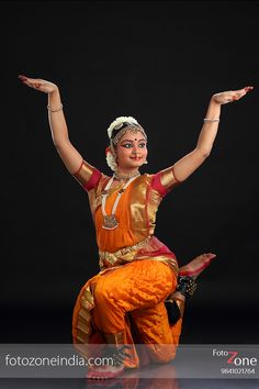 FotoZone - Experienced Bhratanatyam and Classical Dance Photographer, has closely worked with almost all leading Classical Dance Teachers in India. Indian Photography, Dance Photography, Photography Women, Isadora Duncan, Girl Senior Pictures, Dance Pictures, Indian Classical Dance, Dance Poses, Girl Photo Poses