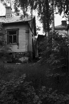 Puutaloja rinteessä Hertankadun? varrella Länsi-Pasilassa. 1970 Helsinki, The Past, Cabin, House Styles, Plants, Cabins, Cottage, Plant, Wooden Houses