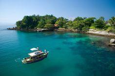 Paraty. Ilha Comprida. Mar transparente e barco.