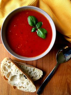 This vegan and dairy-free Tomato Basil Soup recipe is a creamy and super easy to make, hearty dinner. Perfect for weight loss and clean eating.   The Green Loot #vegan