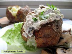 Le jacket potato (patate farcite) con formaggio e funghi sono un ottima idea per un pasto unico leggero e completo che piacerà a tutta la famiglia.