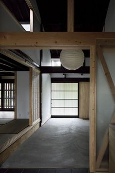 Traditional house renovation in Kyoto by COMPAS Architects Traditionelle Hausrenovierung in Kyoto von COMPAS Architects Modern Japanese Interior, Japanese Modern, Modern Interior Design, Japanese Style House, Traditional Japanese House, Japanese Architecture, Interior Architecture, Kyoto, Washitsu