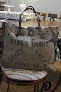 Tralaline sac jute Plus Sacs Tote Bags, Tote Purse, Tote Handbags, Diy Bag Designs, Burlap Coffee Bags, Burlap Sacks, Diy Bags Purses, Jute Bags, Linen Bag
