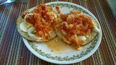 Tostadas de Huevo con Salsa Ranchera 2 tostadas horneadas 1 huevo cocido  Salsa ranchera casera (tomate, cwbolla y chile)
