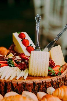 Conoce las novedades culinarias del catering bridal. #Matrimoniocompe #Organizaciondebodas #Matrimonio #Novia  #TipsNupciales #CaminoAlAltar #MatriPeru #BodaPeru #DecoracionDeMatrimonio #MenuDeBoda  #CateringBoda #CateringMatrimonio #ComidaBoda #PlatosParaBoda Cheese, Bridal, Food, Food Truck, Candy Stations, European Wedding, Wedding Catering, Industrial Wedding, Eten
