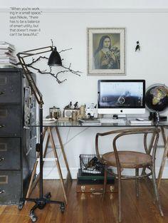 テーブル/IKEA FINNVARD:曲げ木の家具にガラス天板が自然にマッチし、ナチュラルな風合いの書斎になっています。