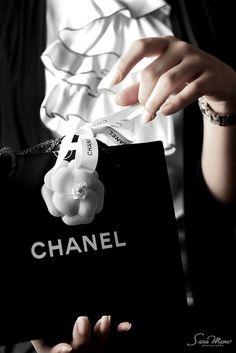 Shopping at Chanel~ Miss Millionairess Amalia, se trata de uno de los envoltorios elegantes que usa Chanel para envolver sus regalos