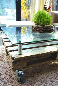 Palette surmontée d'un panneau de verre. Table basse