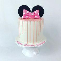 Drip Cakes im Minnie-Maus-Look cupcakes anniversaire decoration licorne noël recette recipes cupcakes Mickey Mouse Cupcakes, Mickey Mouse Torte, Mini Mouse Cake, Minnie Mouse Birthday Cakes, Minnie Cake, Birthday Cakes For Teens, Birthday Cake Smash, Mickey Birthday, 2nd Birthday
