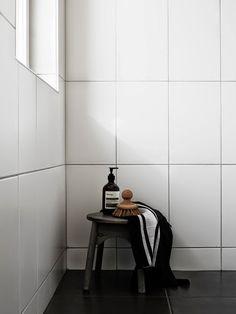 white vertical tiling