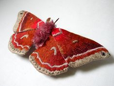 Magie met naald en draad: borduren anno 2015 - Handgeborduurde motten van Yumi Okita #borduren #embroidery #handmade #crafts