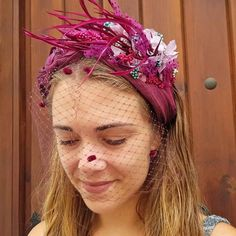 Fascinator headband made with sinamay fabric and decorated by hand with natural flowers and feathers. Ideal for weddings, races and events! Fascinator Headband, Turban Headbands, Fascinators, Headbands For Short Hair, Short Veil, Turban Style, Sisal, How To Preserve Flowers, Fuchsia