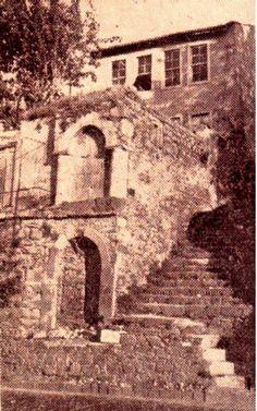 Eşrefpaşa Caddesi'nden Eşrefpaşa'ya doğru çıkarken, sol tarafta kalan bu iki çeşme, İkiçeşmelik semtine adını vermiştir.  1930 yılında, anılan yerdeki eğimin azaltılması amacı ile yolun alçaltılması sırasında eski çeşmenin yukarıda kalması nedeniyle, onun altına ikinci bir çeşme yapılmış,