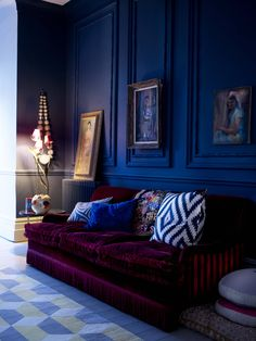 Royal blue walls and deep plum sofa give this room drama - Dark and Moody Interior Design Dark Moody Charm Character Industrial Slick Living Lounge Bedroom Interior Style Design Interior Desing, Home Interior, Interior Inspiration, Design Inspiration, Luxury Interior, Classic Interior, Purple Interior, Interior Office, Luxury Sofa