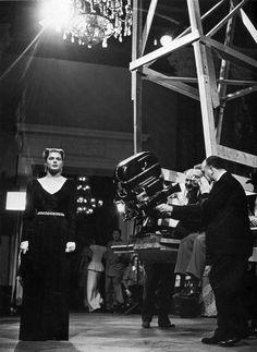 "Ingrid Bergman on set of Alfred Hitchcock's Notorious (""Interlúdio"", 1946), an almost film noir. © Robert Capa"