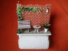 Porta rolo de papel toalha,feito com madeira MDF,pintado com PVA,miniaturas de MDF cortadas à laser,papeis e flores artificiais.Envernizado.