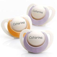 Chupetas NUK Genius em silicone. Pack composto por 3 chupetas (2 lilazes e 1 laranja). Disponível em 3 tamanhos para bebés dos 0 aos 36 meses!