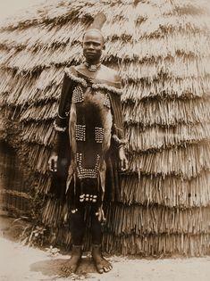 une femme avec ornements. Zulu, Afrique du Sud. Circa 1927 Plus