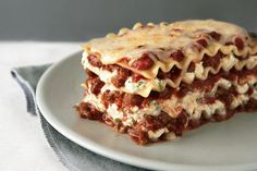 Discover the only lasagna recipe you'll ever need! Watch our video to learn how to make this meaty, cheesy, crowd-pleasing Simply Lasagna Recipe tonight. Kraft Recipes, Kraft Foods, Simply Lasagna, How To Make Lasagna, Making Lasagna, Lasagne Recipes, Beef Recipes, Cooking Recipes, What's Cooking