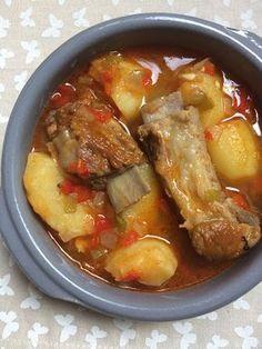 Potato stew with rib - Guiso de patatas con costilla Potato Recipes, Meat Recipes, Mexican Food Recipes, Slow Cooker Recipes, Cooking Recipes, Dinner Entrees, Dinner Recipes, Guisada Recipe, Potato Dinner