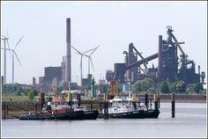 Die Schlepper STIER (der Bugsier), BLUMENTHAL, BRAKE und GROHN (der URAG) warten am Neustädter Hafen in Bremen auf den nächsten Einsatz. Im Hintergrund ist das Bremer Stahlwerk zu sehen. 12.05.2008