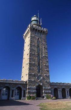 Le phare du cap Fréhel sécurise la baie de St Brieuc vers la rade de St Malo.  Classé MH depuis 2011