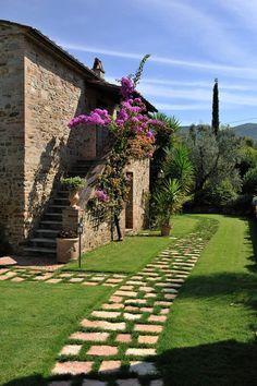 Rustic style garden by arte pietra rustic stone Garden Paths, Garden Landscaping, Beautiful Gardens, Beautiful Homes, Rustic Stone, Tuscan Style, Stone Houses, Exterior Design, Outdoor Gardens