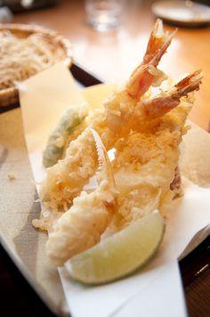 天ぷらだけでなく、フライなども付け合わせの野菜などに立てかけるように高く盛リ付けるとおいしそうです。大根おろしなども指でつまんで高く先をとがらせるようにして置きます。