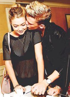 Gigi Hadid and Cody Simpson couple.
