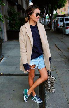 street style look sueter azul, blazer bege, shorts jean