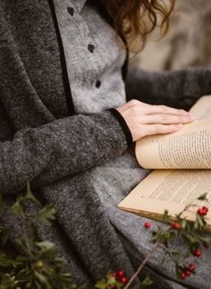A Good book, cozy layers and Autumn flowers. How is your Sunday going?❤ The Twill Linen Classic Dress and Garden Coat in Grey Frost💫… Good Books, Books To Read, Reading Books, Girl Reading Book, Reading Quotes, Book Quotes, Book Aesthetic, Foto Pose, Mode Vintage