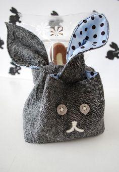 Für meinen Gottibuab (meinen Patensohn) habe ich,als Alternative zum üblichen Nest,eine Hasentasche genäht.Diese japanische Idee fand ich vor einiger Zeit irgendwo im Netz (leider weiss ich nicht me